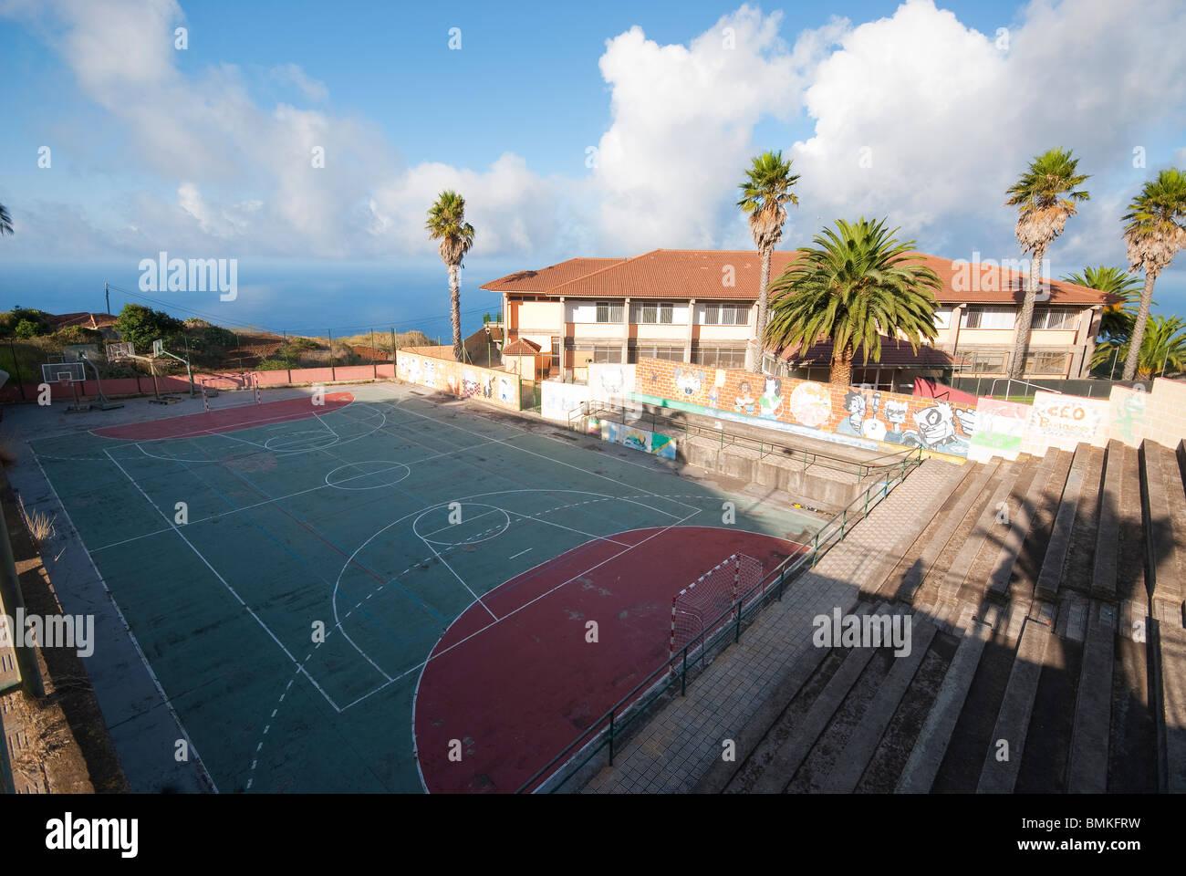 Graffiti en las paredes al lado de un campo de deportes en Barlovento, La Palma, Islas Canarias Imagen De Stock