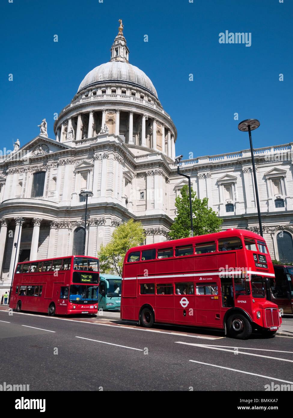 La Catedral de San Pablo y en autobuses de Londres, Londres, Inglaterra Imagen De Stock