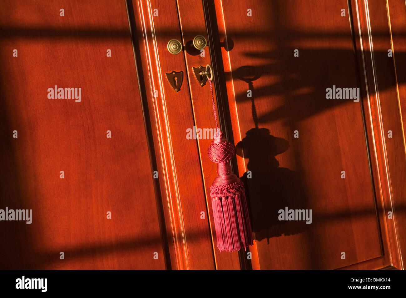 Detalle de la llave dentro de la cerradura armario Foto de stock