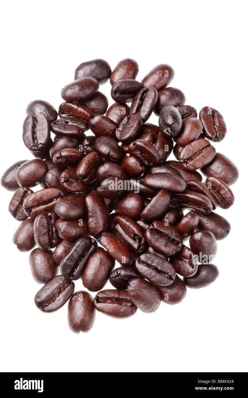 Los granos de café aislado sobre un fondo blanco. Foto de stock