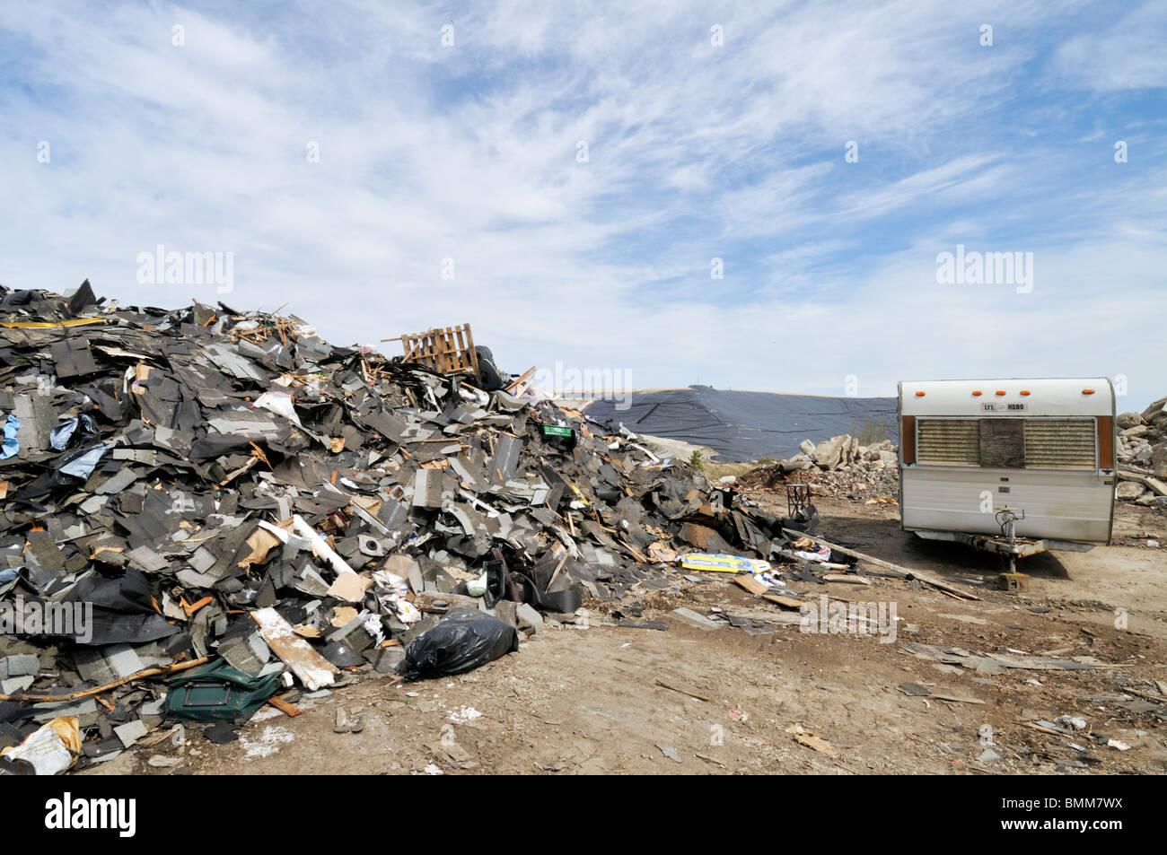 Gestión de residuos en los vertederos Bourne, Massachusetts con escombros y comercial viejo remolque USA. Imagen De Stock