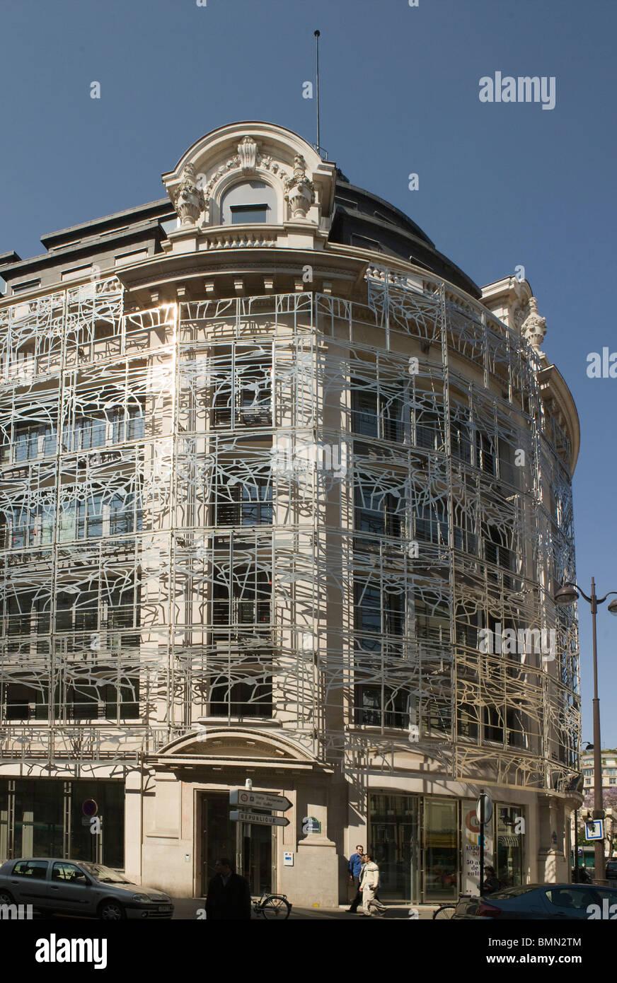 Ministerio de la Cultura en París, Francia. Edificio de piedra anterior filigrana encerrado en una red de metal Imagen De Stock