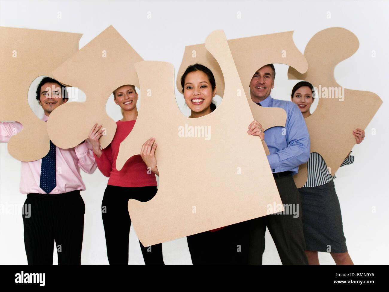 Sujetar piezas de rompecabezas de equipo Imagen De Stock