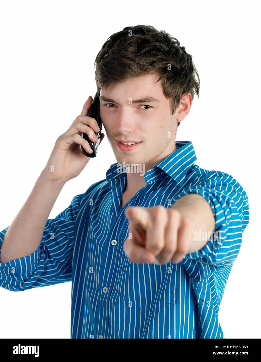 Joven hombre serio apuntando, aislado sobre fondo blanco. Imagen De Stock