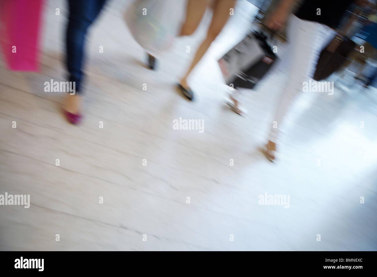 """Las personas caminando blur compras borrosa escena callejera en Roma Italia Europa """"piernas separadas' Imagen De Stock"""