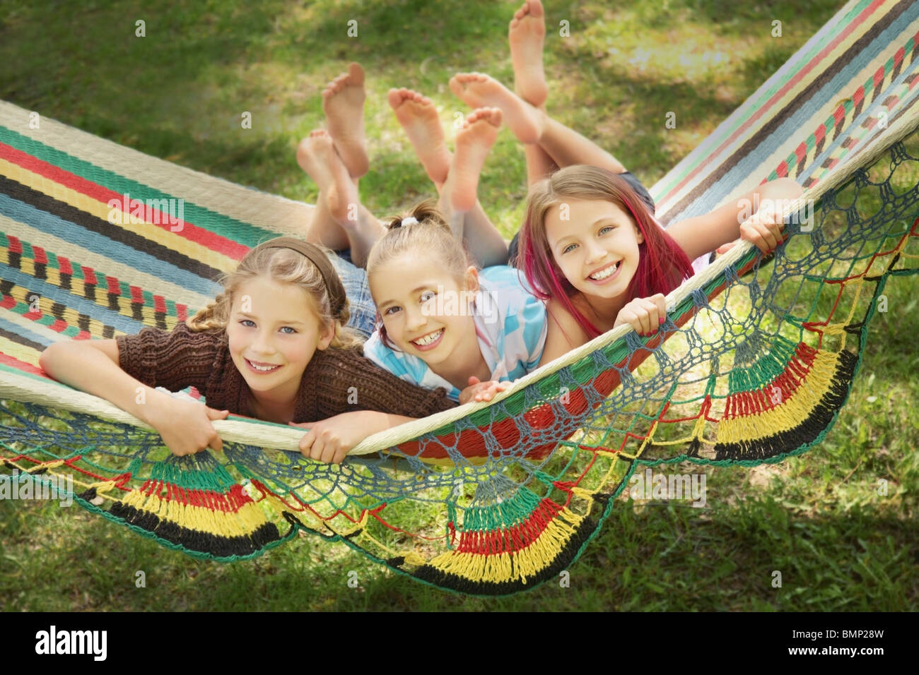 Edmonton, Alberta, Canadá; tres niñas tumbarse en una hamaca Imagen De Stock