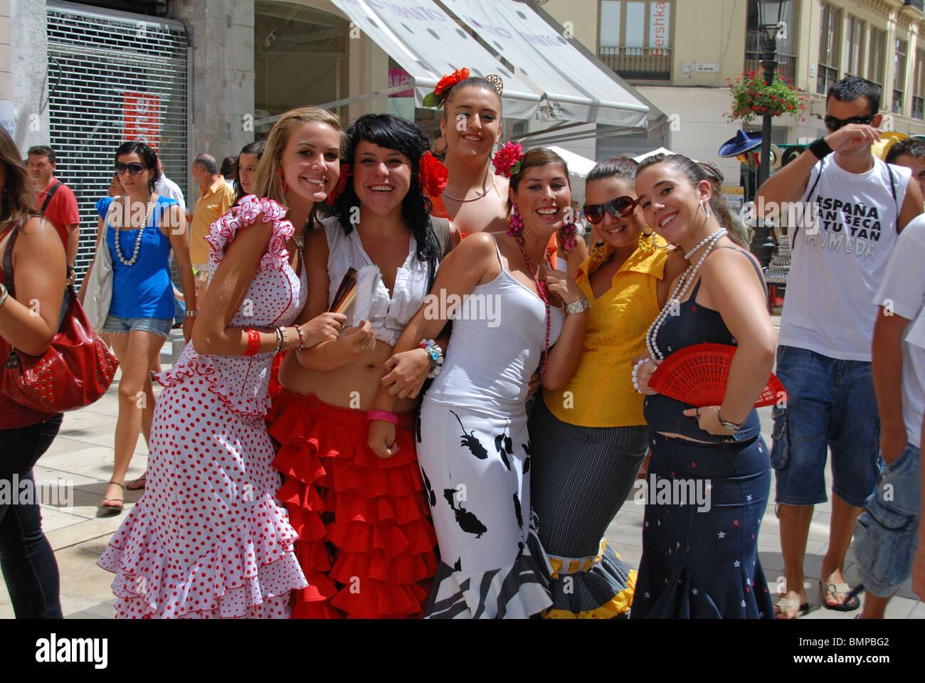 Damas en trajes de flamenca 9015794a79a