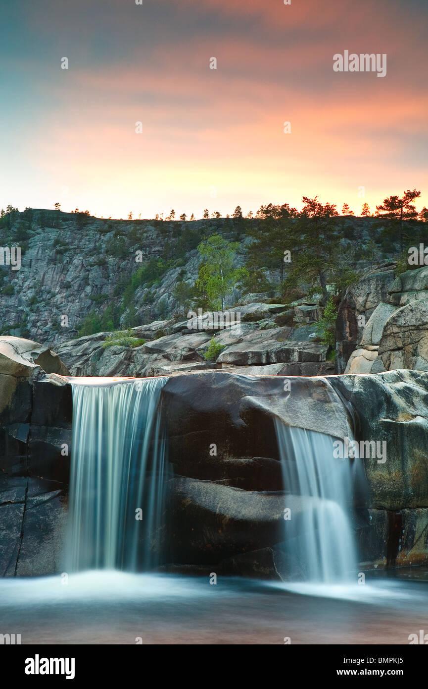 Cascada a Reinsfoss en Nissedal fylke, Telemark, Noruega. Imagen De Stock