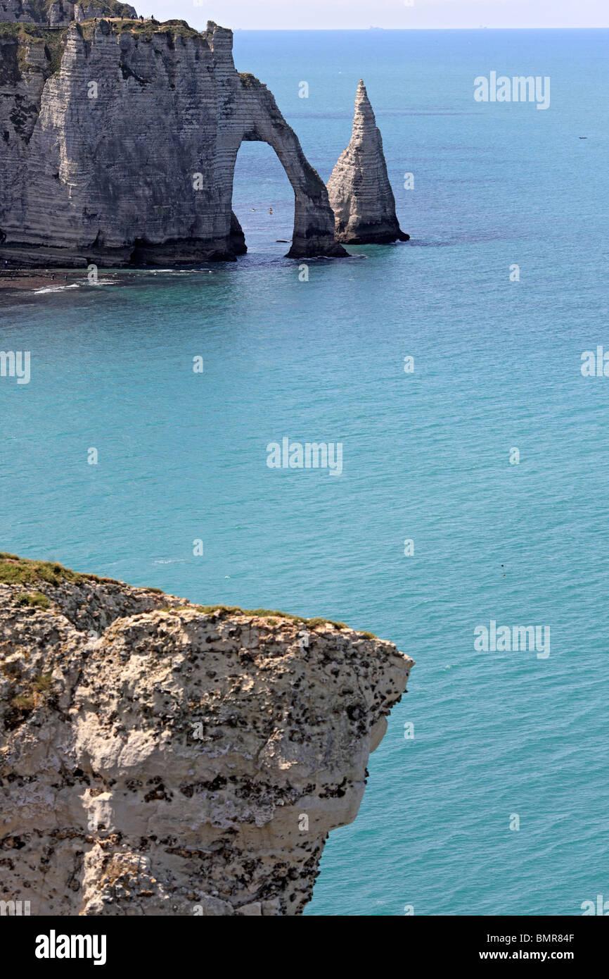 Los acantilados sobre el mar, en la Playa Etretat, departamento de Seine-Maritime, Alta Normandía, Francia Foto de stock