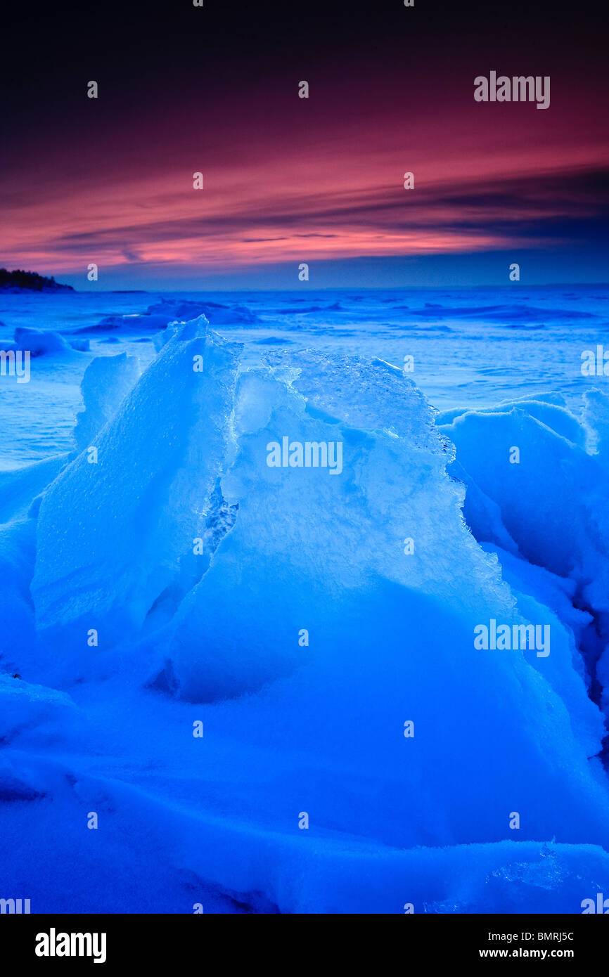 Escultura en hielo azulado luz del atardecer en Larkollen en Rygge kommune, Østfold fylke, Noruega. Imagen De Stock