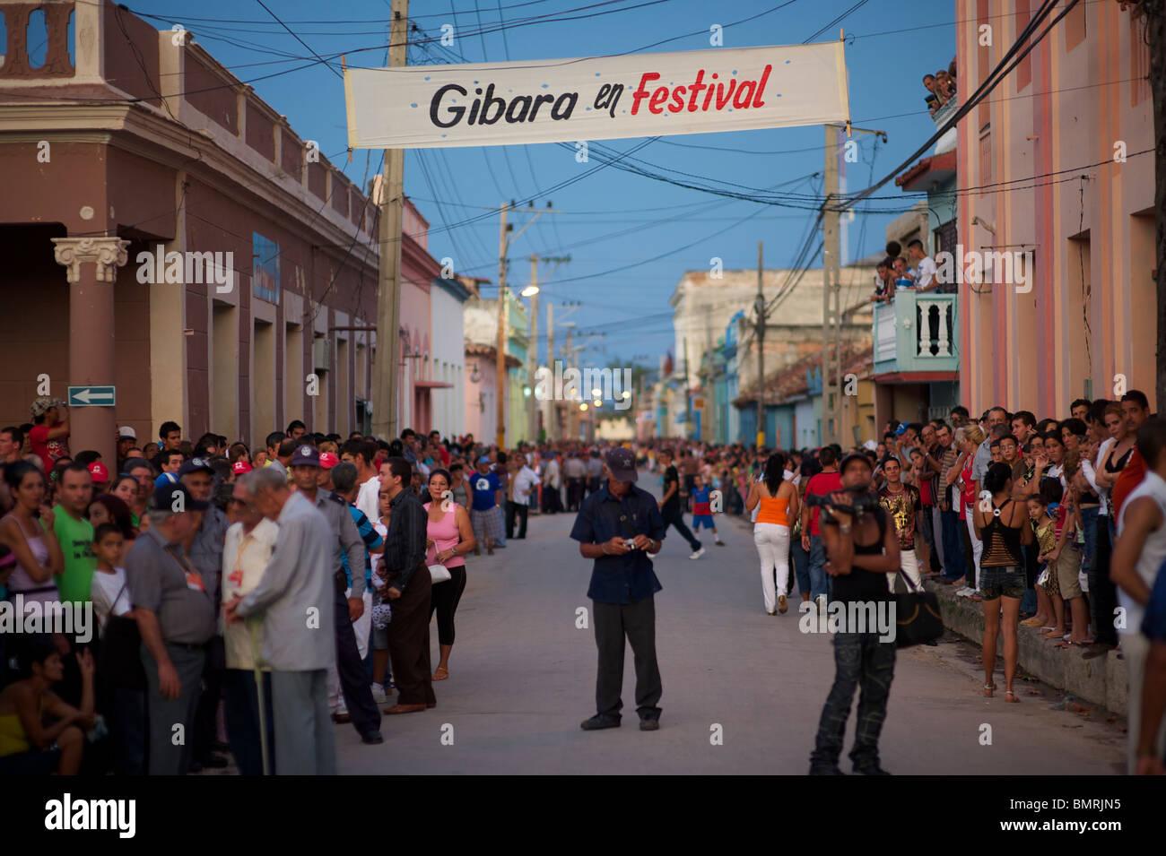 Escena callejera, Festival del Cine Pobre, Gibara, Cuba Imagen De Stock
