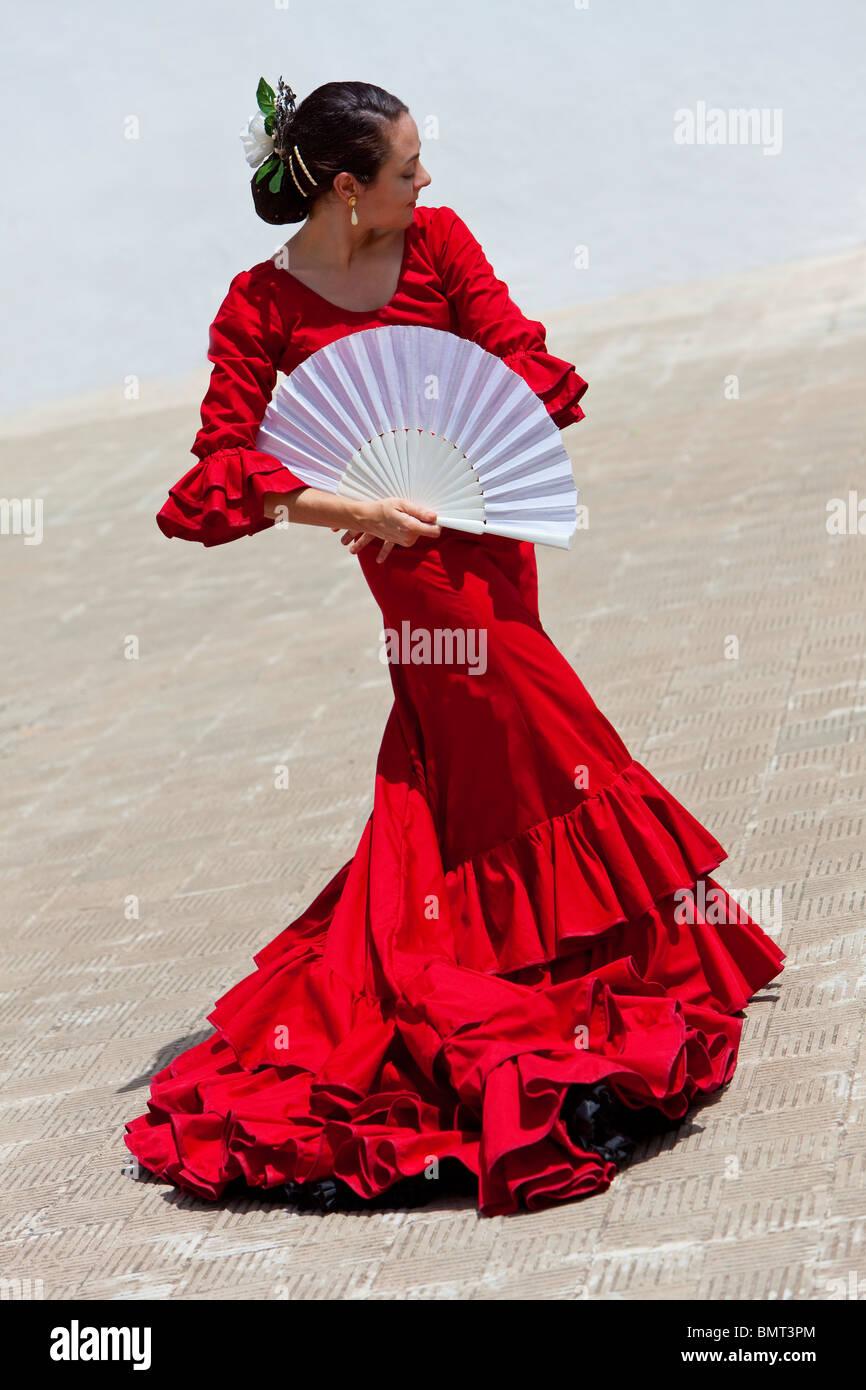 c51ecc21b Mujer española tradicional de bailaora de flamenco bailando en un vestido  rojo con un ventilador blanco