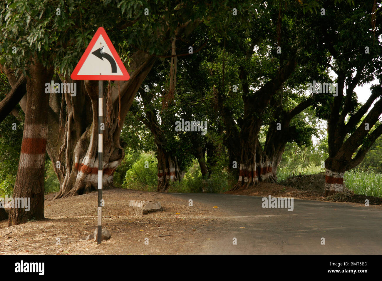 Señal de carretera que indica la izquierda en el camino de la WAI; Maharashtra, India Foto de stock
