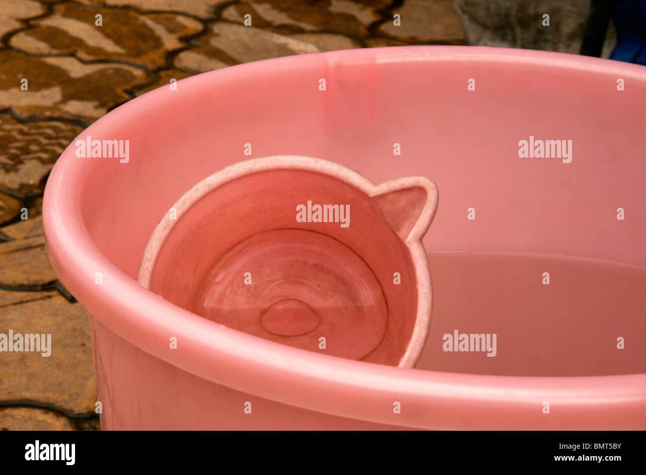 Resumen de cuchara rosa mostrando patrones circulares Foto de stock