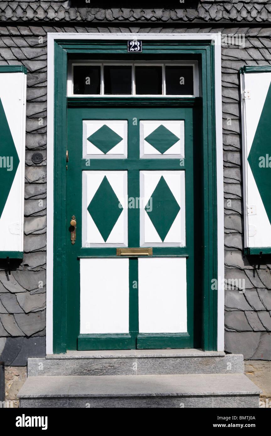 Farben, Haustür Dekorative grün weiß, Goslar, Alemania. - Puerta delantera decorativa, colores colores Imagen De Stock
