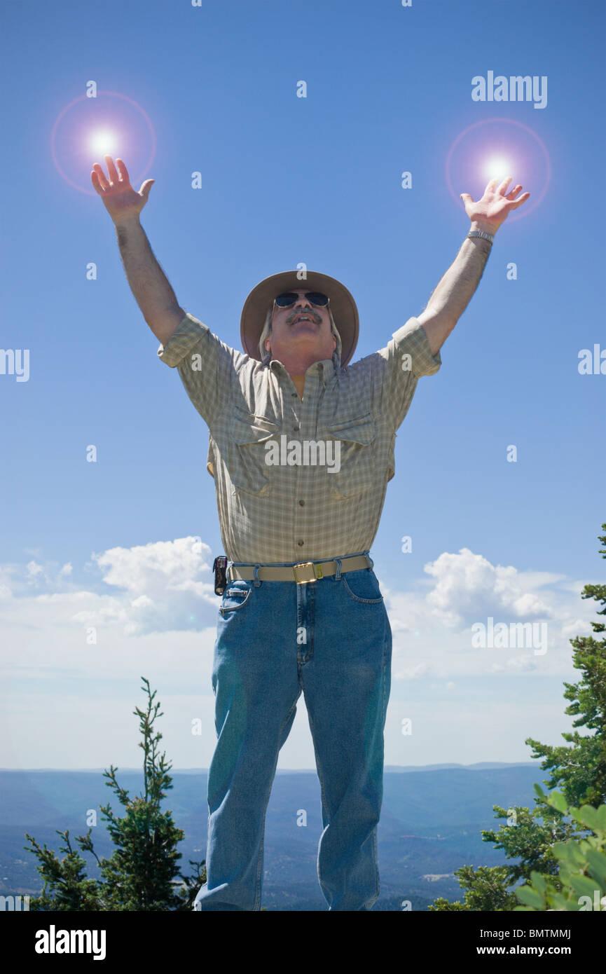 Alcanzar el cielo, este hombre parece estar cargado de energía, olvidando Ruidoso, Nuevo México. Imagen De Stock