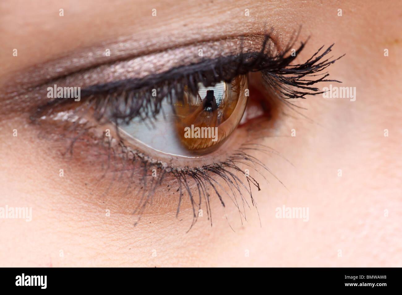 Primer plano del ojo de una adolescente con mascara. Imagen De Stock