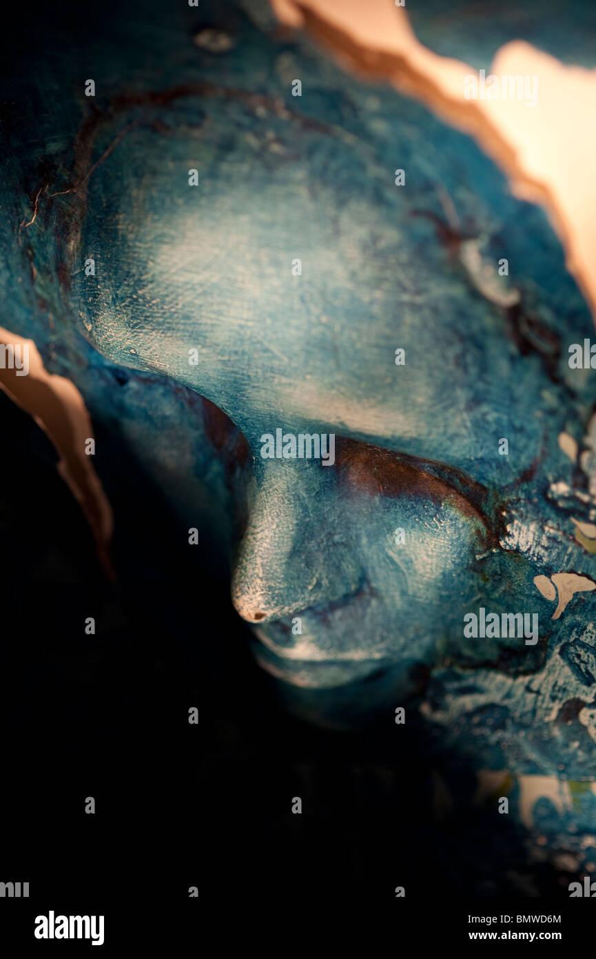 Espeluznante rostro esculpido azul cerrar Imagen De Stock
