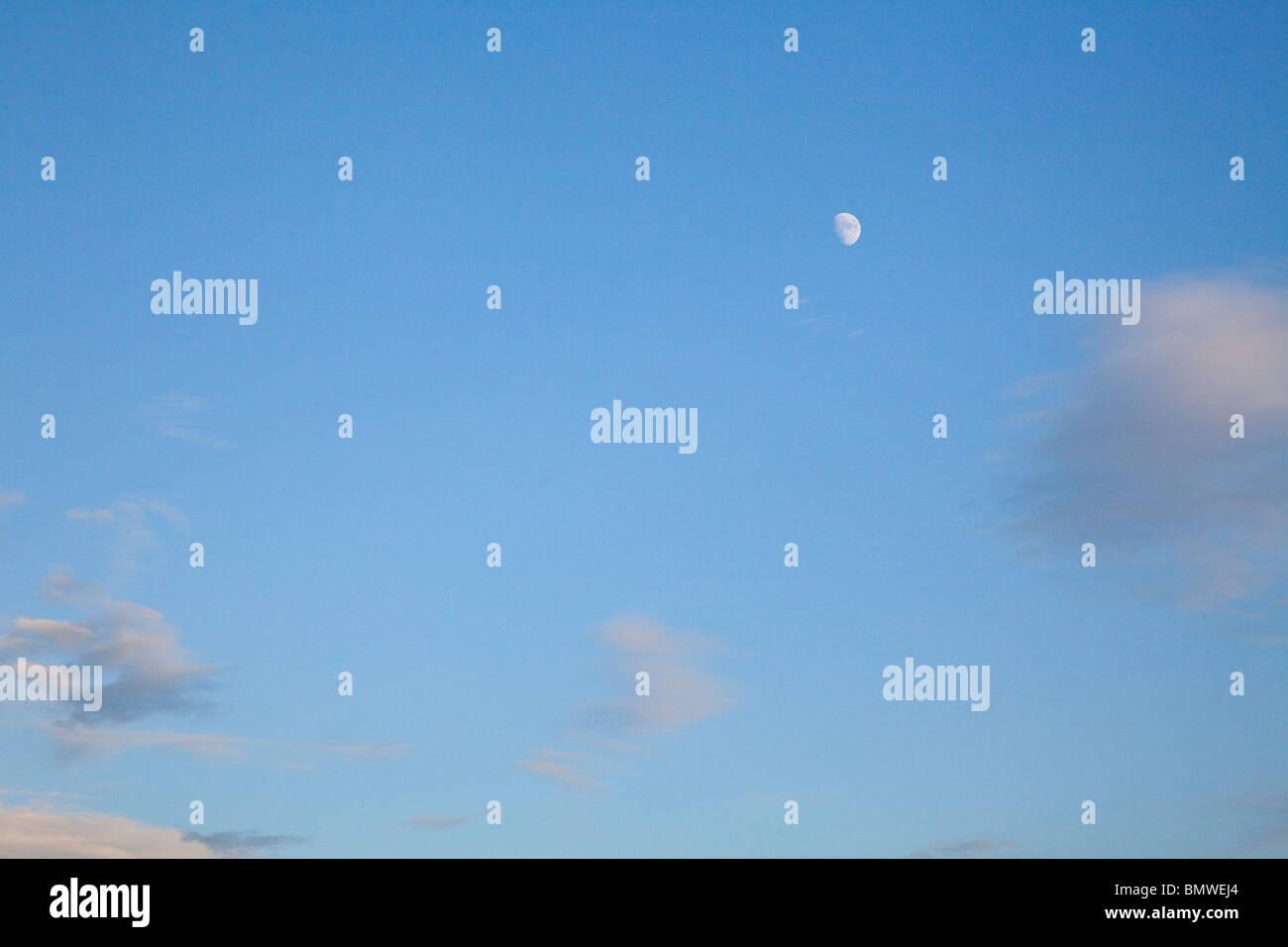 Hacer patrones tenues nubes blancas contra un cielo azul en una noche de verano tardío en el día más Imagen De Stock