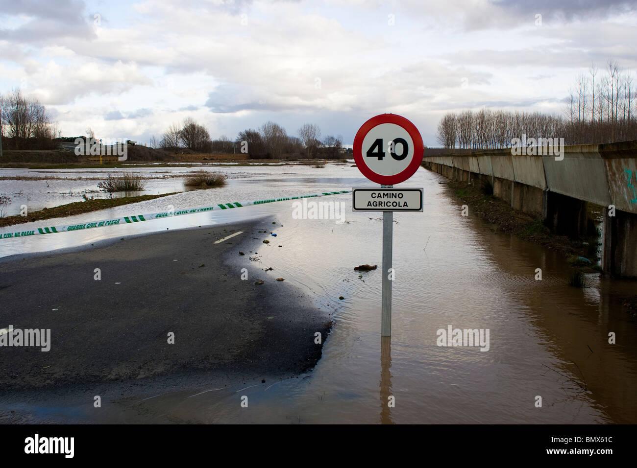 Carretera cerca de Benavente. España. Inundaciones. Desbordamiento del Río Esla. Benavente, Zamora. Foto de stock