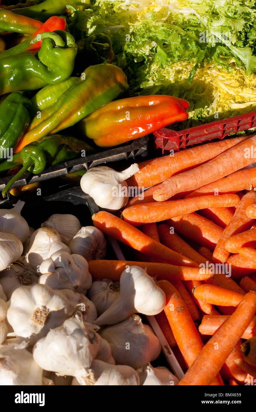 Mercado de frutas y verduras en la calle encomienda. Benavente, España. Foto de stock