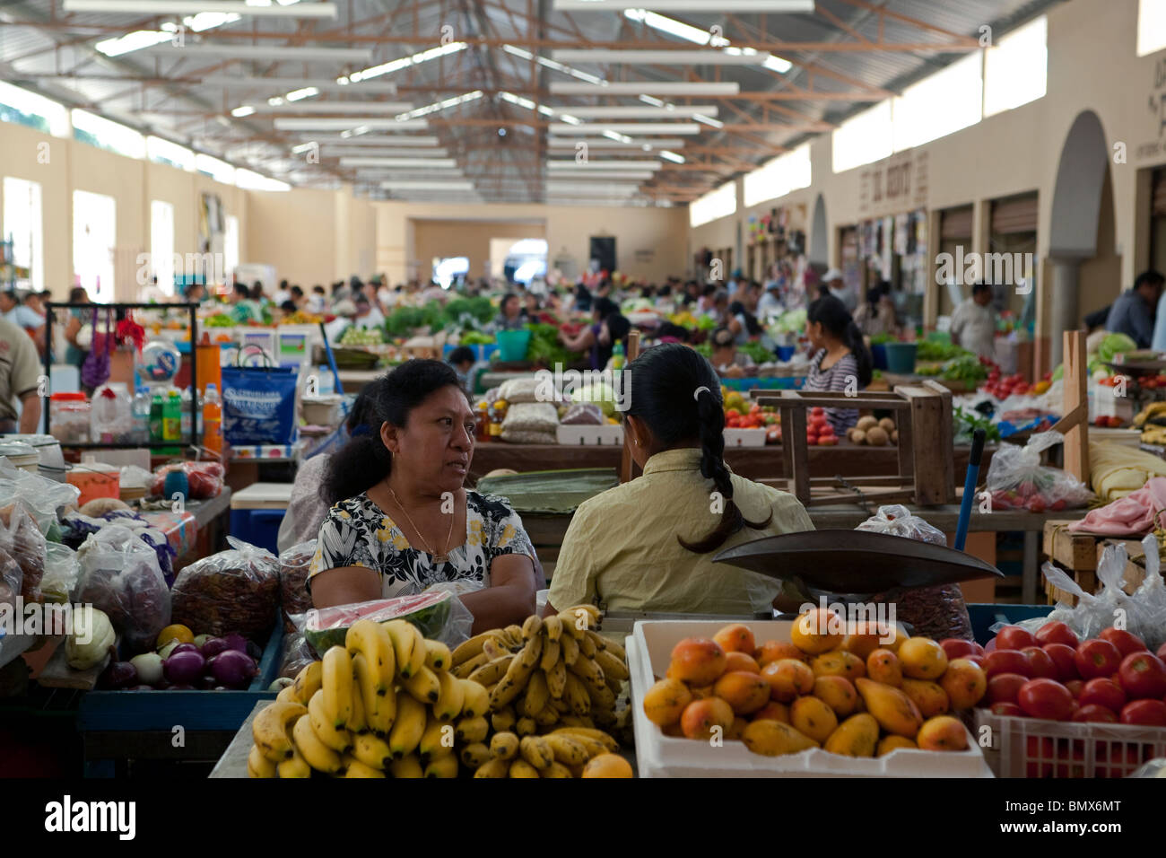 Vista de la ciudad de Valladolid, principal mercado de frutas y verduras con dos mujeres mexicanas en el primer Imagen De Stock