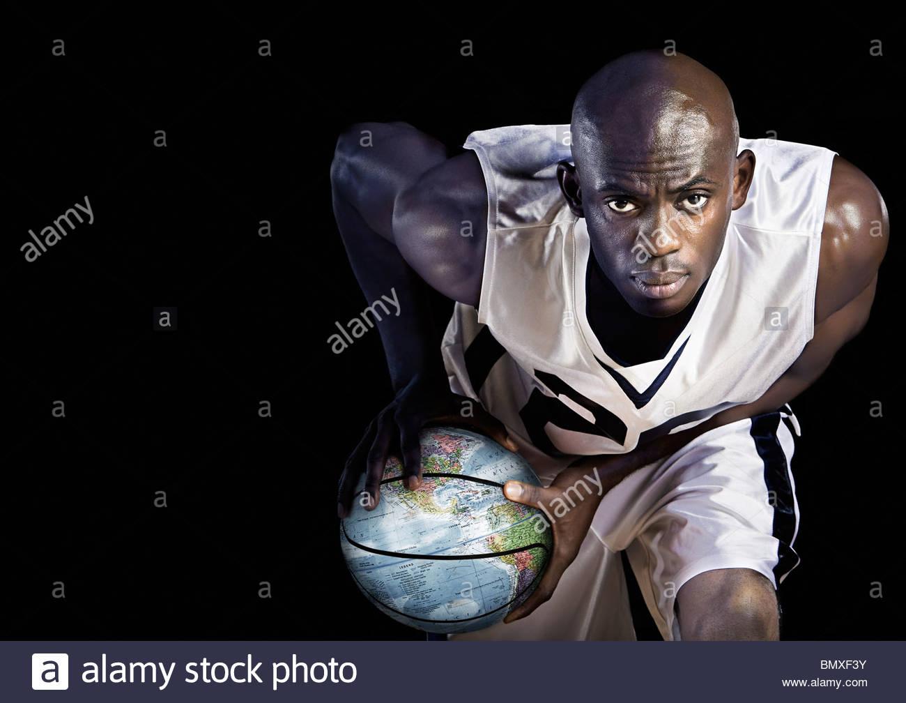 El jugador de baloncesto con el mundo del baloncesto Imagen De Stock