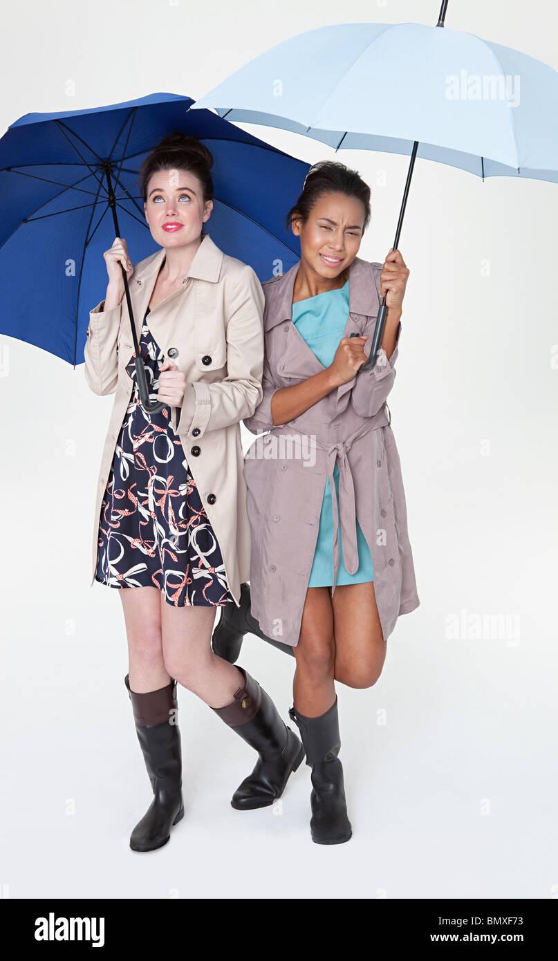 Las mujeres jóvenes bajo paraguas Imagen De Stock