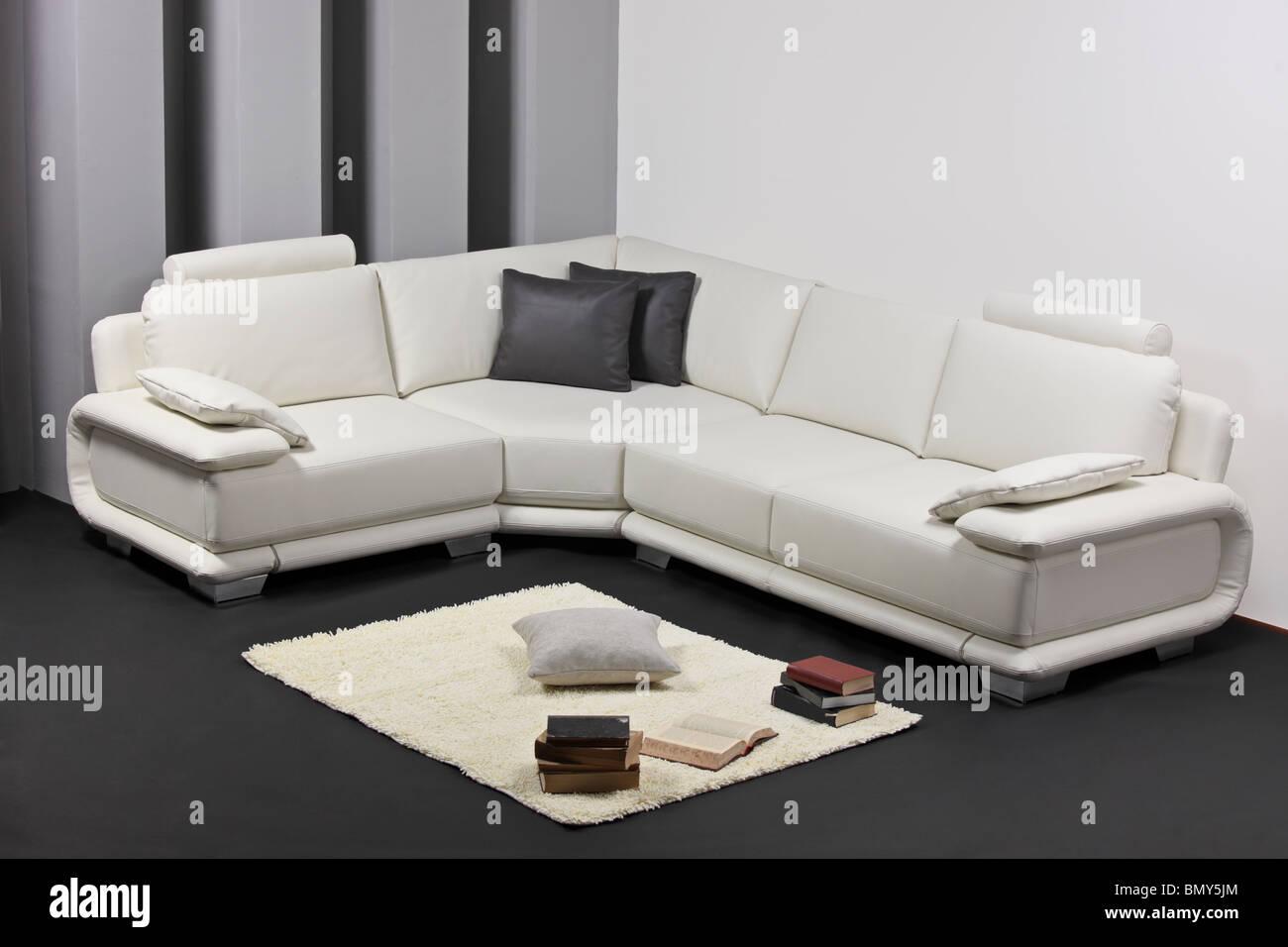 Un salón minimalista moderno con muebles Imagen De Stock