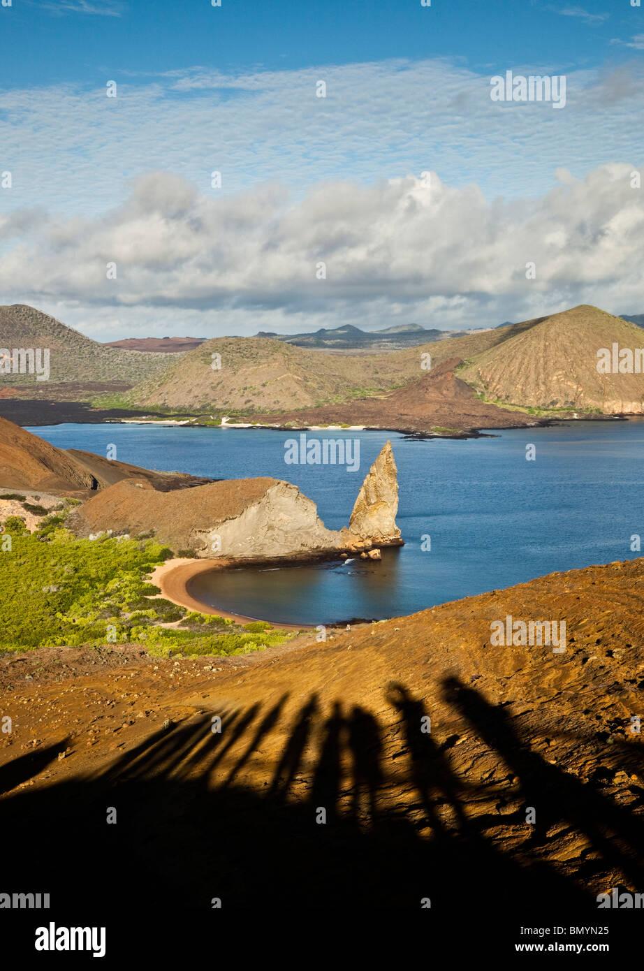 Sombras de turistas viendo bartolome isla de San Salvador en la distancia en las Islas Galápagos Imagen De Stock