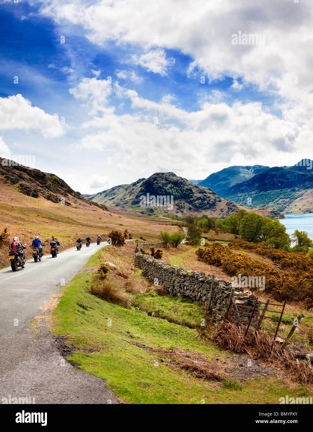 Los motociclistas recorriendo el distrito del lago en un viaje pasado Crummock agua, Lake District, Inglaterra, Imagen De Stock