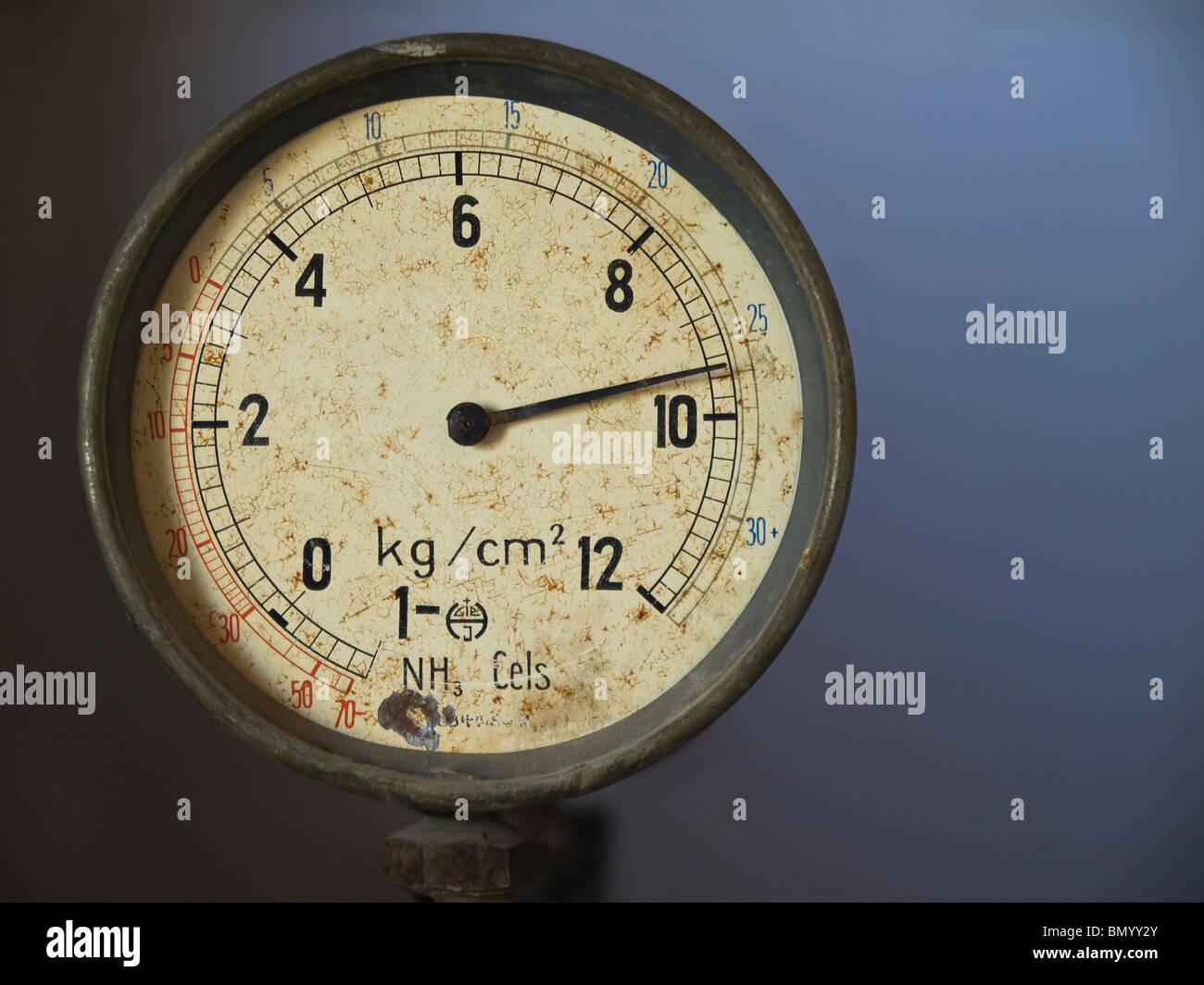 Cierre en una vieja mano medidor de vacío. Imagen De Stock
