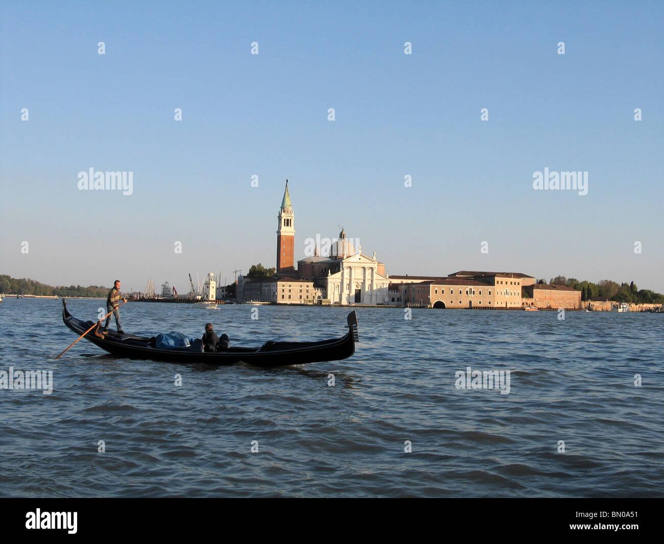 San Giorgio Maggiore, Venecia, Italia con una góndola. Imagen De Stock