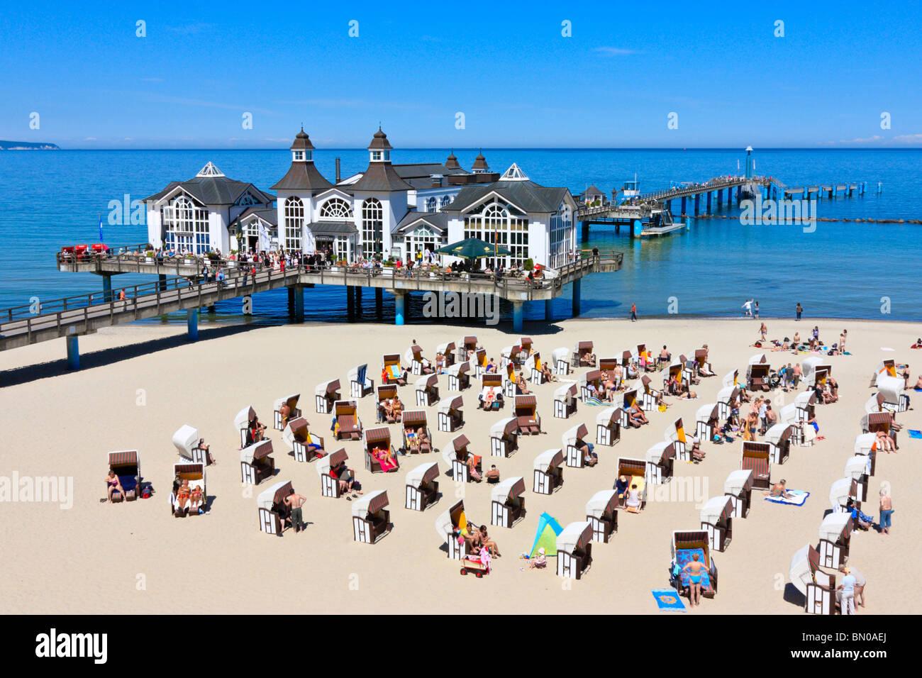 Playa y Embarcadero Edificio en Sellin, ruegen Foto de stock
