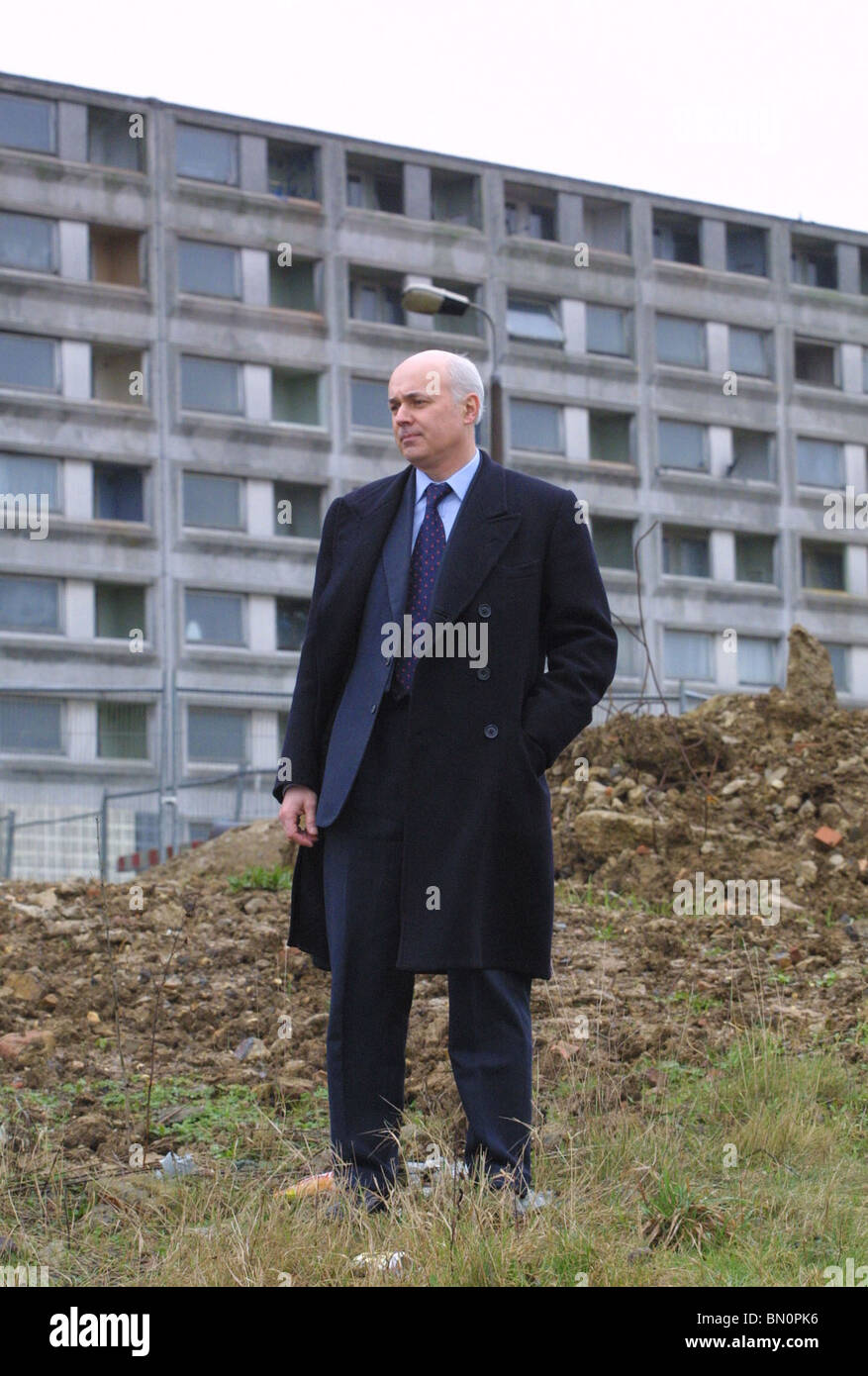 El Honorable Iain Duncan Smith MP por tower block Imagen De Stock