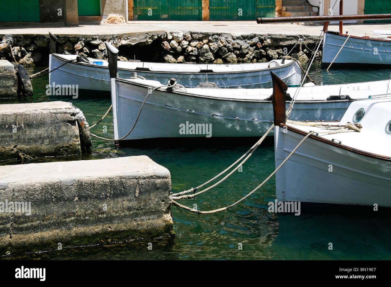 Tradicionales barcos pesqueros amarrados en el puerto de Cala Figuera, Mallorca Foto de stock