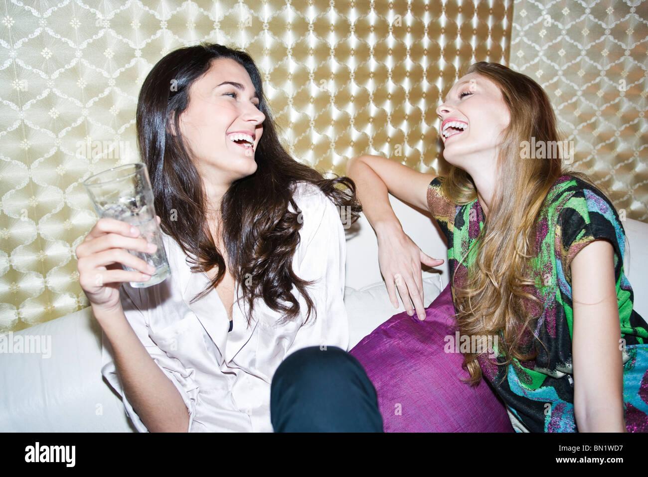Amigos riendo juntos Foto de stock