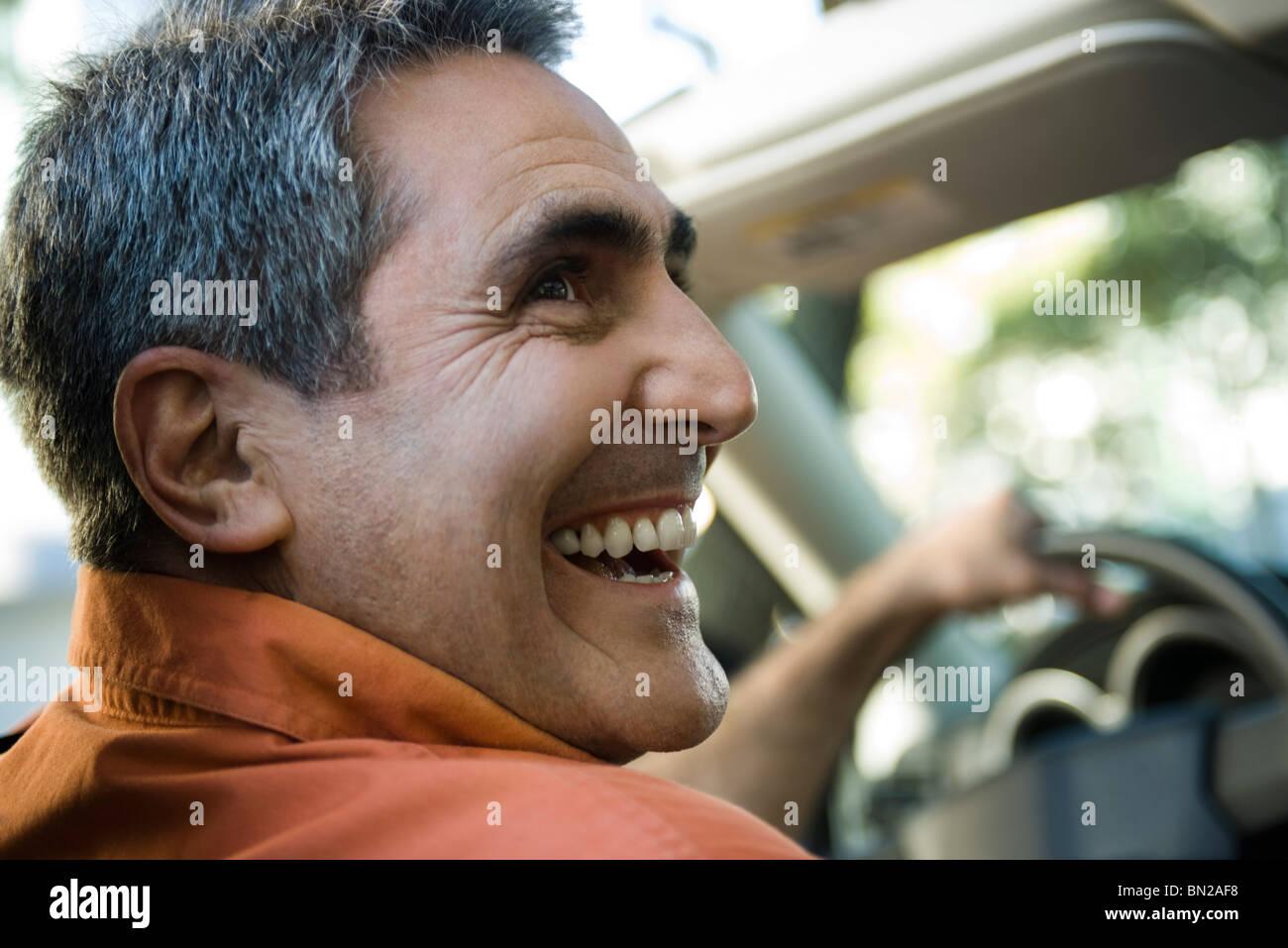 Hombre maduro, conducción con apariencia de felicidad Imagen De Stock
