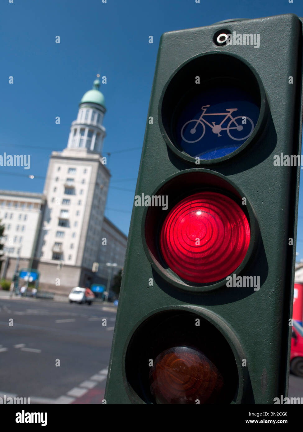 Semáforo de bicicletas en Frankfurter Tor en Karl Marx Allee en el antiguo Berlín oriental en Alemania Imagen De Stock