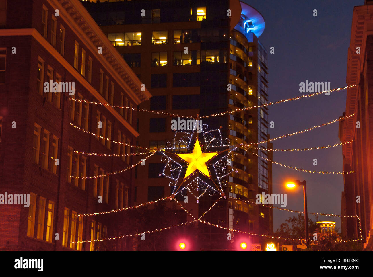 Decoraciones de Navidad brillan en la noche en el centro de la ciudad de Orlando, Florida, EE.UU. Foto de stock