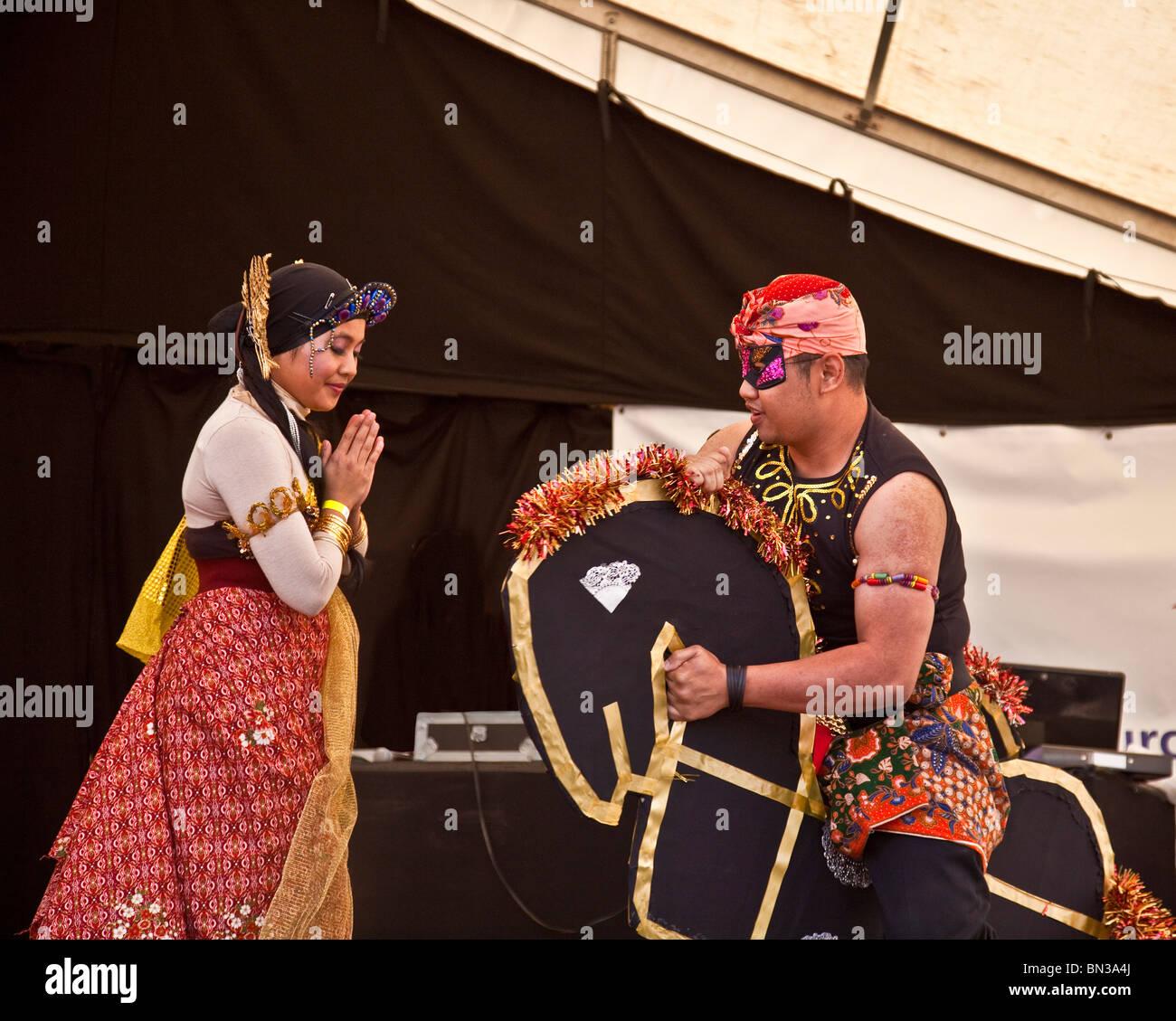 Actuar en el escenario bailarines de Malasia en Glasgow Mela 2010, en parque Kelvingrove, Foto de stock