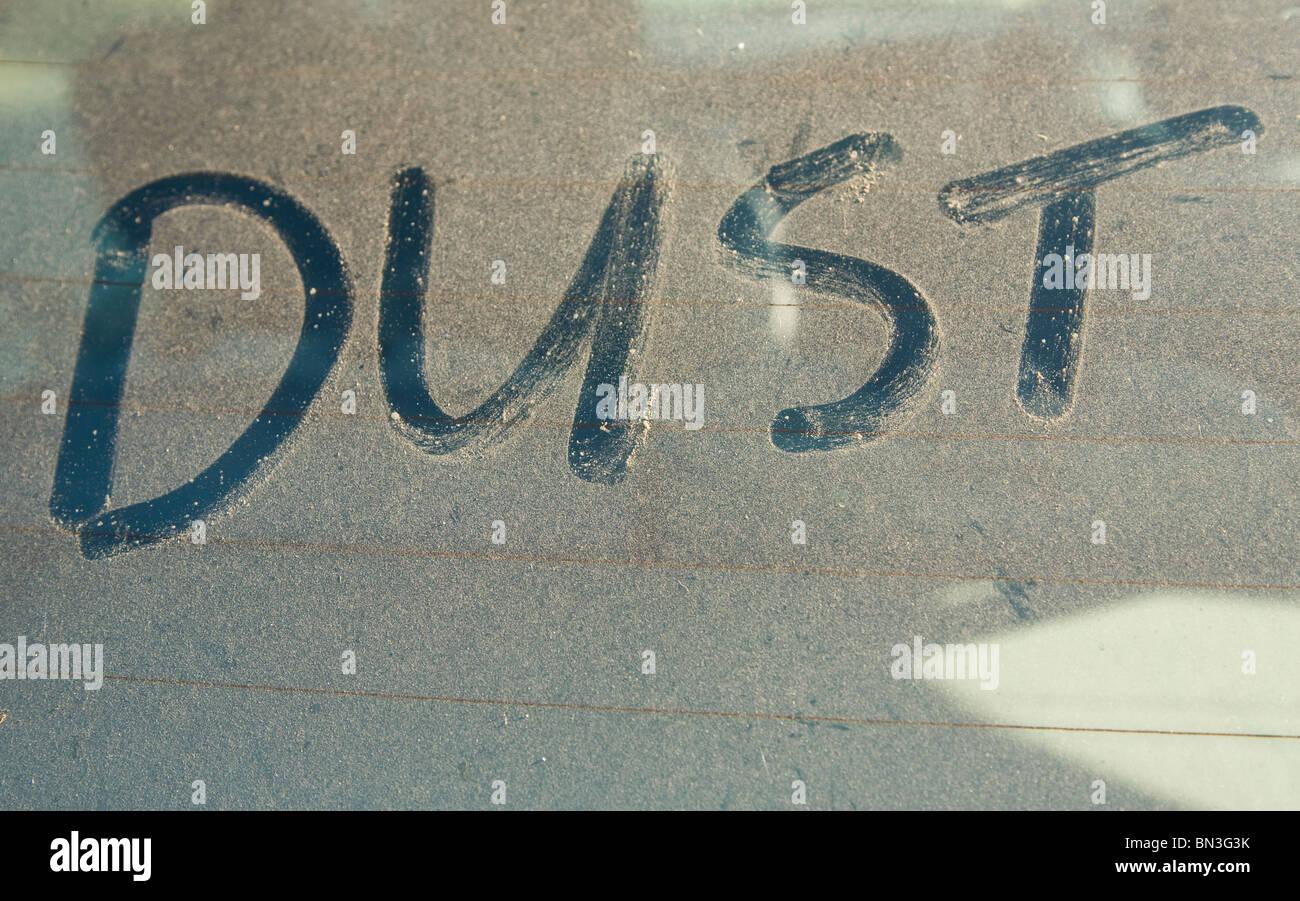 La palabra polvo escrito el dedo sucio car window Imagen De Stock