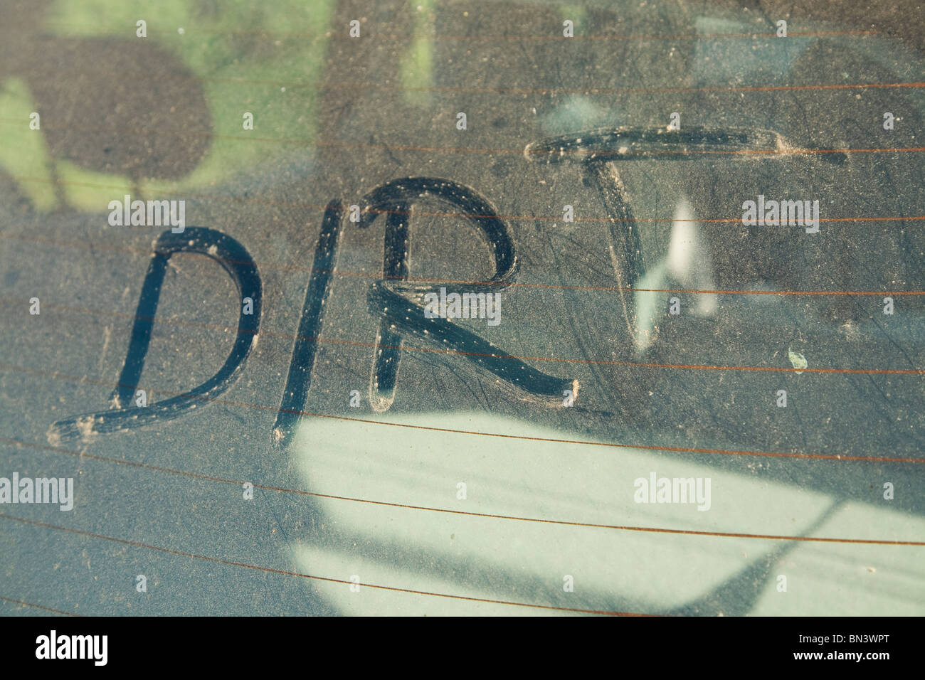 La palabra escrita en el dedo sucio sucio car window Imagen De Stock