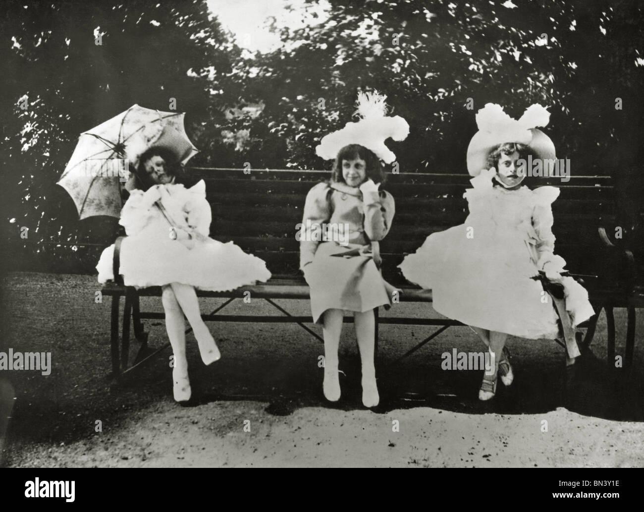 Tres pequeñas niñas en Victoria Park, foto, Paul Martin. Inglaterra, 1898 Imagen De Stock