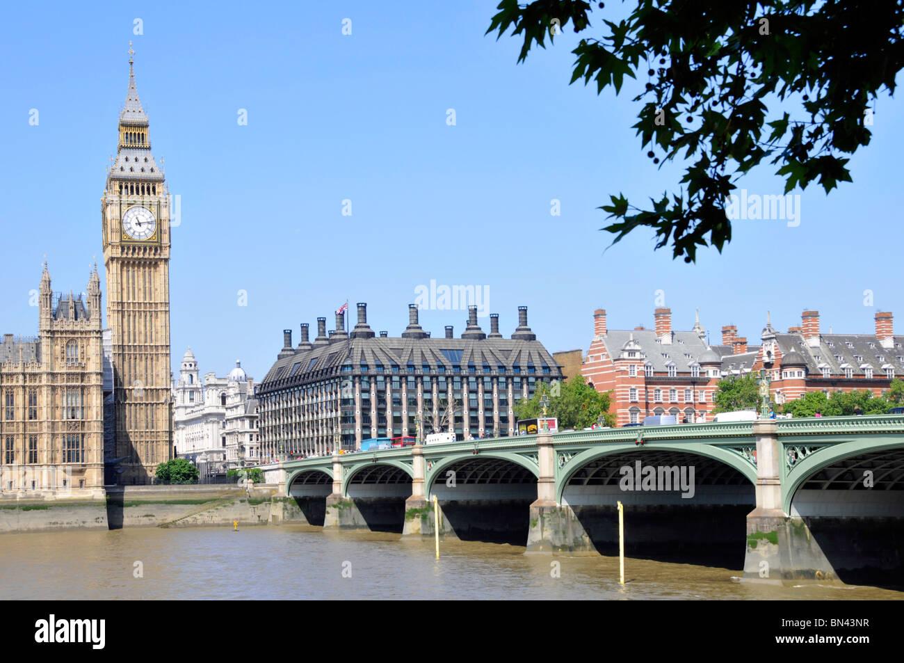 Big Ben Elizabeth torre del reloj en las Casas del Parlamento con Oficinas MP en Portcullis House al lado del río Támesis y Westminster Puente Londres Inglaterra Reino Unido Foto de stock