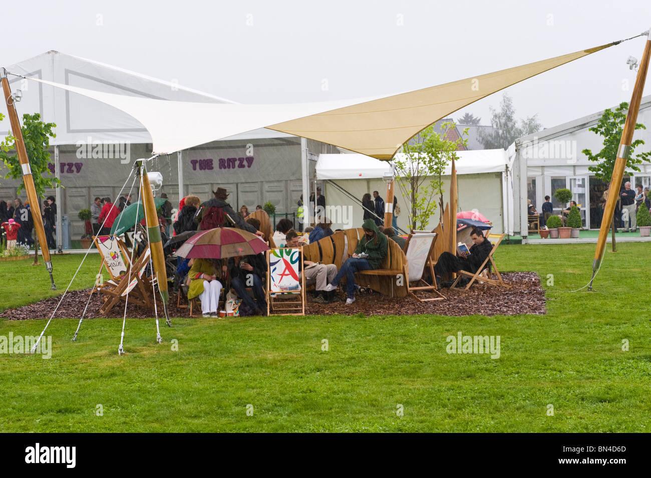 Los visitantes refugio de lluvias torrenciales en 2010 FESTIVAL DE HENO HENO en Wye Gales Powys UK Imagen De Stock