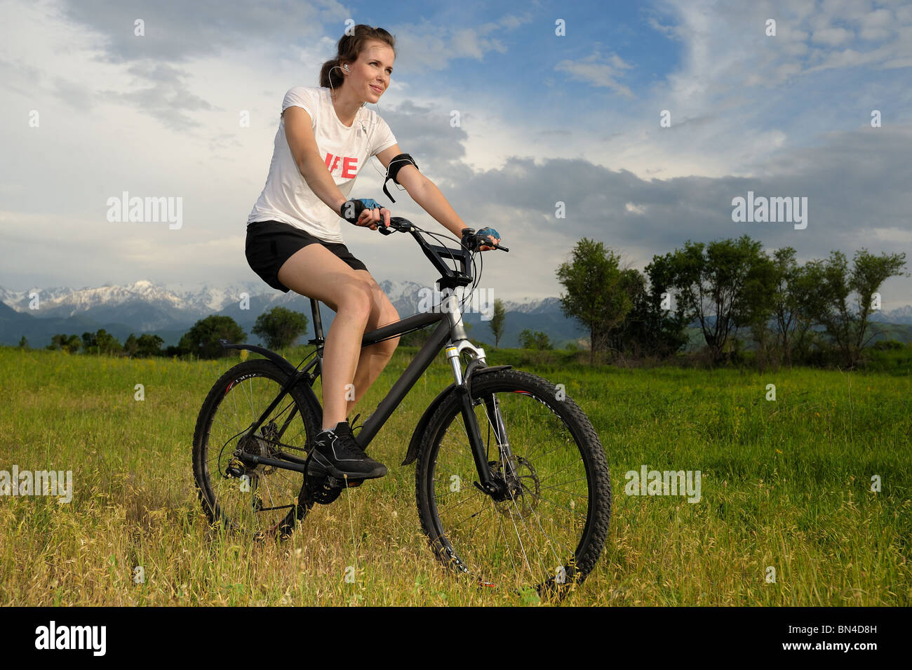 Chica montando una bicicleta Imagen De Stock