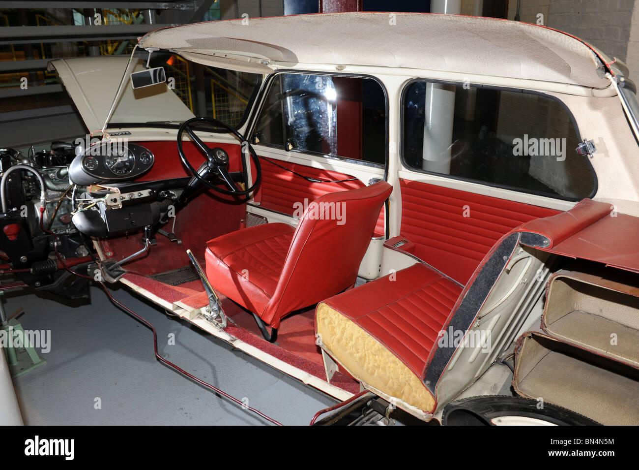 Mini coche cortar por la mitad en el Museo Enginuity en Coalbrookdale, Shropshire, RU Imagen De Stock