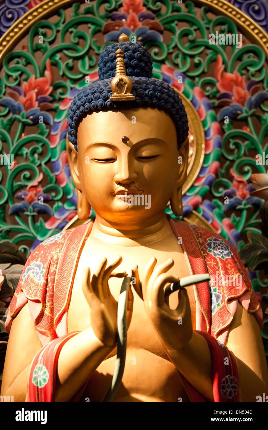Una ornamentada golden aprendido Buddha en el Templo del Diente de Buda en Singapur. Foto de stock