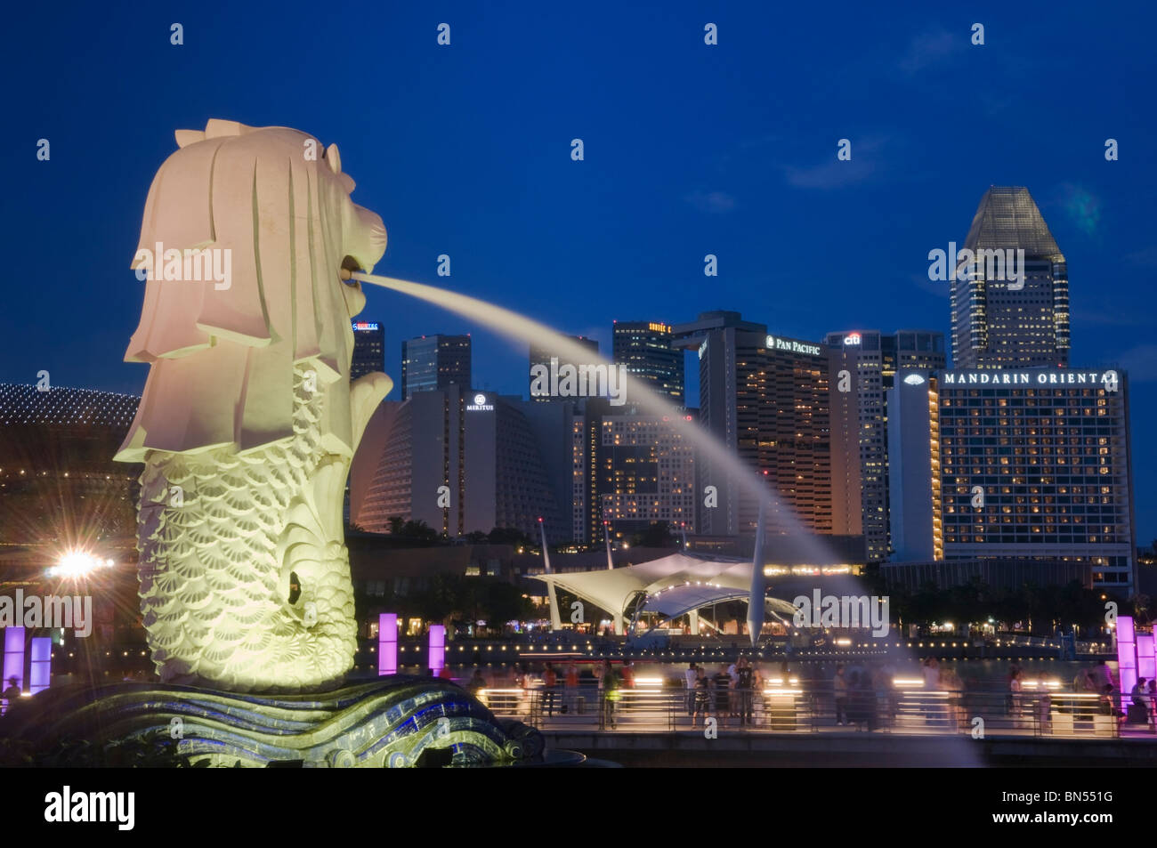 Estatua Merlion y Suntec City skyline Singapur Foto de stock